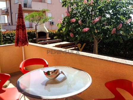 Ground floor apartment with a garden in Novigrad 6